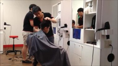 Men having an haircut in a hairdressing salon — Stock Video