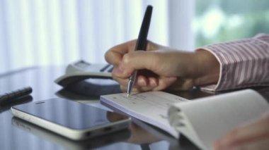 Donna d'affari, scrivere un assegno in ufficio — Video Stock