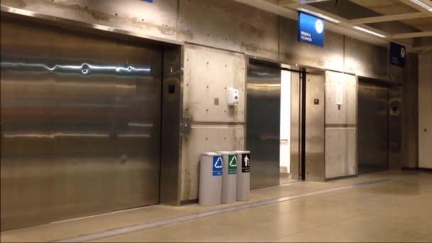 ouverture et fermeture des portes dans un ascenseur modern lint rieur du magasin ikea vid o. Black Bedroom Furniture Sets. Home Design Ideas