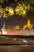Большой дворец в ночное время в Бангкоке — Стоковое фото
