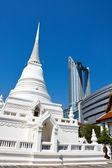 Temple versus modern shopping building in Bangkok — Stock Photo
