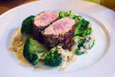 Beef steak fillet with broccoli on white plate — Stock Photo