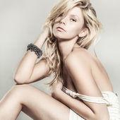 Fashion portrait of young beautiful woman — Stock Photo