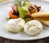 Traditional breakfast of poached eggs — 图库照片