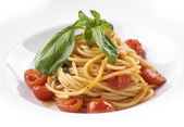 Vegitarianskoe spaghetti with cherry tomatoes and fresh herbs — Stock Photo