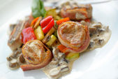 Medallions grilled with vegetables — Stock Photo