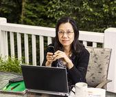 Mogna kvinnor arbeta hemma kontor utanför — Stockfoto