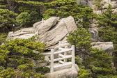 Stenen platform in gele berg park — Stockfoto