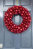 Parlak kırmızı top süsler çelenk — Stok fotoğraf
