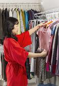 Reife frau ihre kleider zu koordinieren — Stockfoto