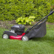 Foto Stock: Lawnmower on Grass Yard