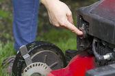 Voorbereiden om te beginnen met gas grasmaaier — Stockfoto