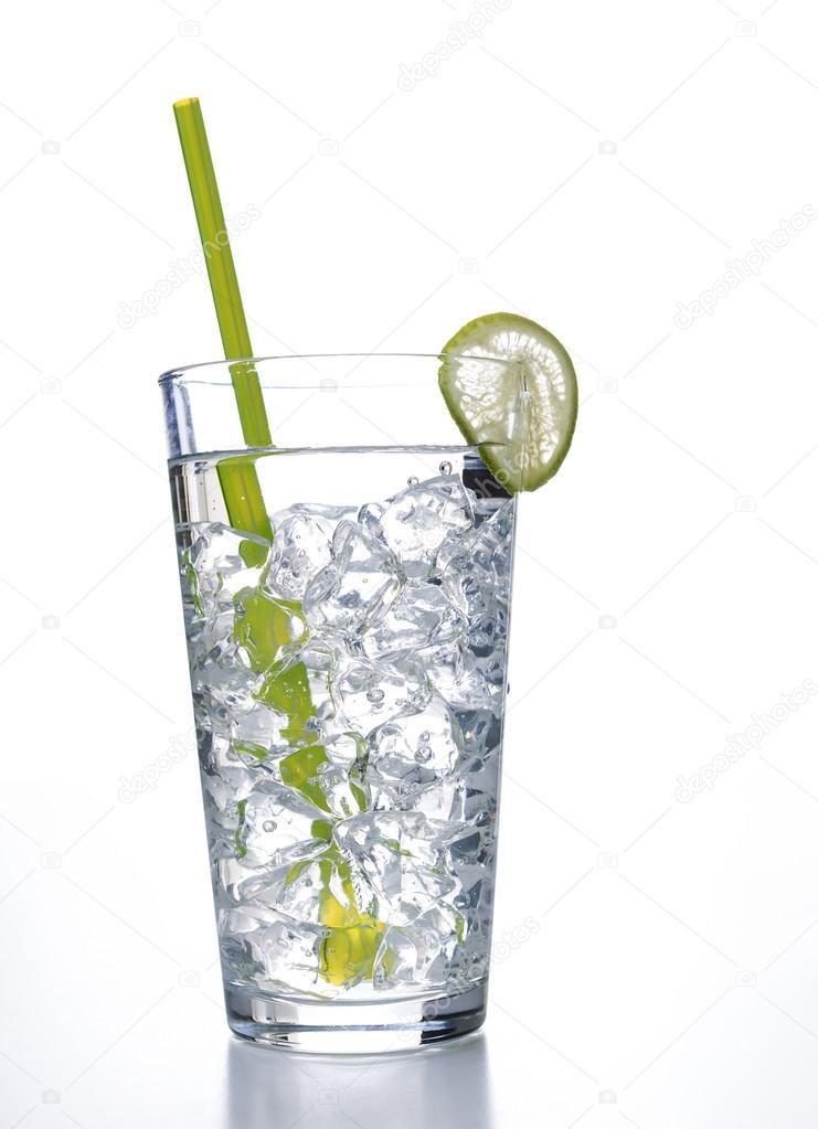 verre d 39 eau avec des gla ons pr ts boire photographie tab62 26511663. Black Bedroom Furniture Sets. Home Design Ideas