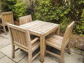 открытый стол и стулья на каменные патио — Стоковое фото