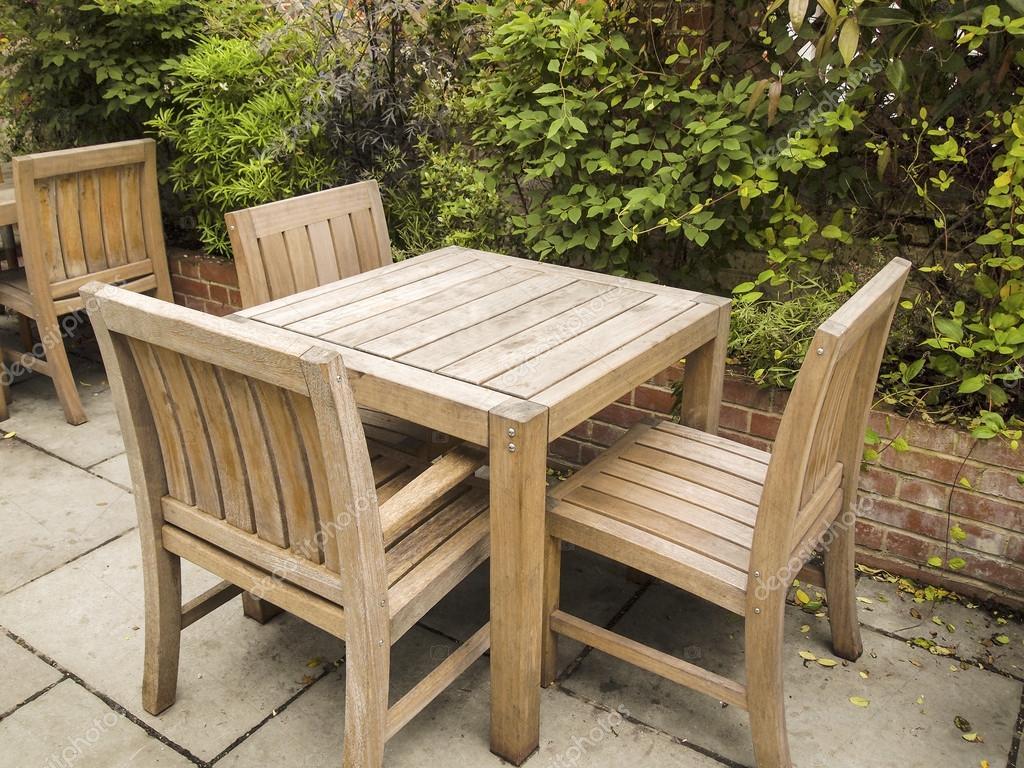 Table ext rieure et des chaises sur patio en pierre for Plan de chaise en bois