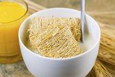 Cereales integrales junto con jugo de naranja listo para el desayuno — Foto de Stock