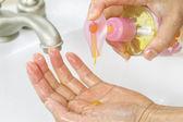 à l'aide de savon liquide pour le lavage des mains — Photo