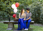 Young Adult Couple Preparing for an Outdoor Picnic — Stock Photo