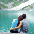 Young Adults Lovers Looking at Pristine Aqua Mountain Lake — Stock Photo