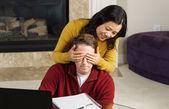 Casal maturo se divertindo no trabalho enquanto estava em sua casa — Fotografia Stock