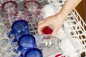 Cargar al lavavajillas con cristalería — Foto de Stock