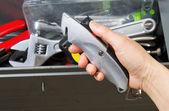 Sacando el cúter de caja de herramientas de mano — Foto de Stock