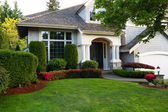 Clean exterior home during late spring season — Stock Photo