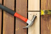 Nieuw hout uitlijnen in cedar dek — Stockfoto