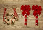圣诞节弓和老木头上的铃铛 — 图库照片