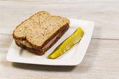 新鲜火腿三明治配白板上的切片泡菜 — 图库照片