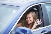 Vrouw bedrijf sleutels van de auto — Stockfoto