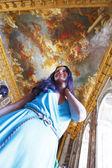Mooie vrouw in een interieur paleis — Stockfoto