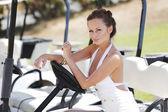 Femme en voiture de golf — Photo
