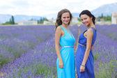 Deux femmes sur champ de lavande — Photo