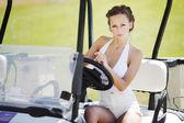 Mulher em carro de golfe — Foto Stock