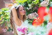 Žena v květinách — Stock fotografie