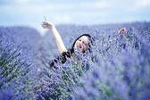 Femme assise sur un champ de lavande — Photo