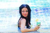 Femme dans la piscine avec cocktail — Photo