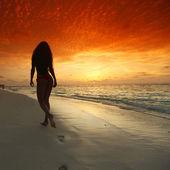Frau zu fuß am strand — Stockfoto