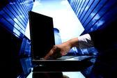Makelaar cyber verkoop — Stockfoto