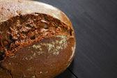 テーブルの上全体黒いパン — ストック写真