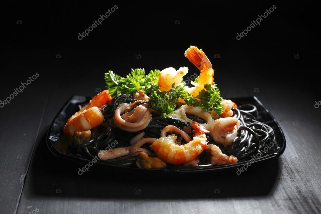 Черные спагетти с морепродуктами рецепт