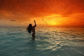 日落大道上溅在海中的女人 — 图库照片