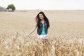 Mujer en el campo de trigo — Foto de Stock