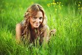Kvinna på gräset — Stockfoto