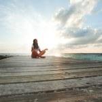 Yoga vrouw mediteren in de buurt van zee — Stockfoto