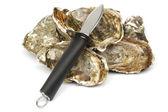 Huîtres et couteau sur blanc — Photo