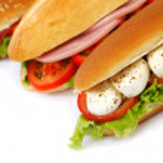 panino con mozzarella pomodoro e insalata — Foto Stock