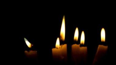 крупным планом горения свечи, изолированные на черном фоне — Стоковое видео