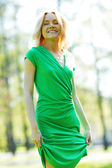 Donna felice nel parco — Foto Stock